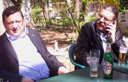 """Da, la o bere pe terasa cafenelei """"La Muzeu"""", cu Horia Gârbea şi cu Sânziana Pop (la telefon!)"""